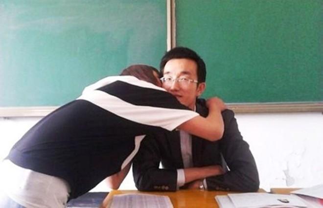 Nam giáo viên Trung Quốc bị đuổi vì bắt học sinh nữ hôn mình